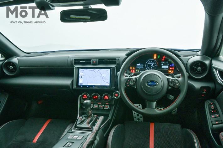 スバル 新型BRZのインパネ回りは、初代に対しグッとシンプルなレイアウトとなった