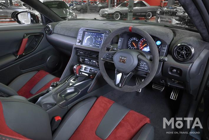 現行モデルも赤と黒の専用内装色だが、2022年モデルは色合いは同じながらシートやインテリアパーツの配色が異なっている