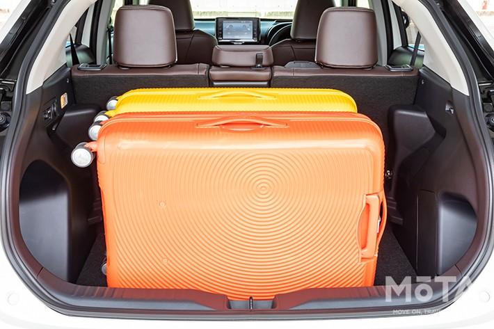 シートアレンジなしで110Lのスーツケースを2つ載せられるのは嬉しいポイントだ