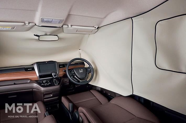 明るい色合いで圧迫感も少ない「プライバシーシェード」(4万1800円・税込),後席窓部は開閉も可能だから、外の様子を見たり明かりを取ることも出来る