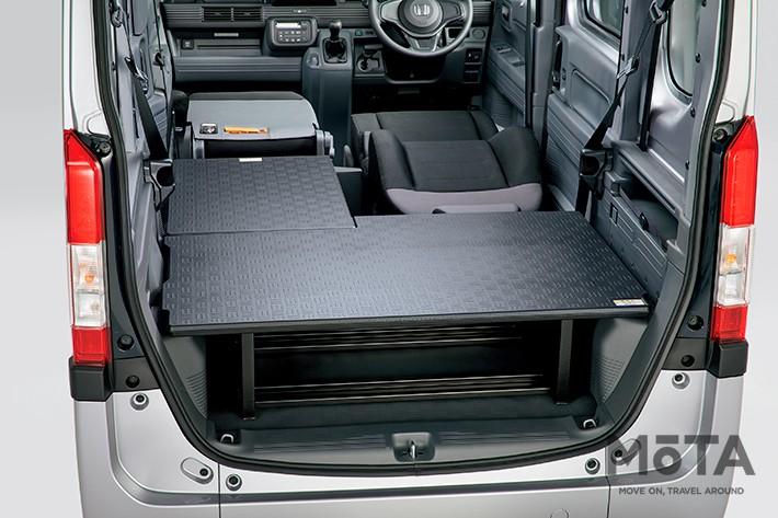 後席と助手席は写真のように完全にフラットに収納可能なのだ,純正アクセサリーの「マルチボード」(助手席用/ラゲッジ用)を装着した状態