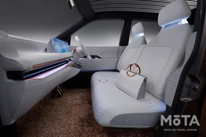 「ニッサン IMk Concept(アイエムケイ コンセプト)」の内装・インパネは至ってシンプル, コンパクトな軽ながら、省スペースなEV専用設計ゆえフラットな床面を実現させている