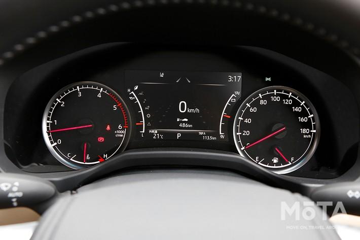 過酷な走行シーンでも視認性が高い2眼オプティトロンメーターと7インチTFTカラーマルチインフォメーションディスプレイ, シフト右の丸いダイヤルは「ドライブモードセレクト」のセレクター。ECOやSPORT+など、最大6つの走行モードが選択できる