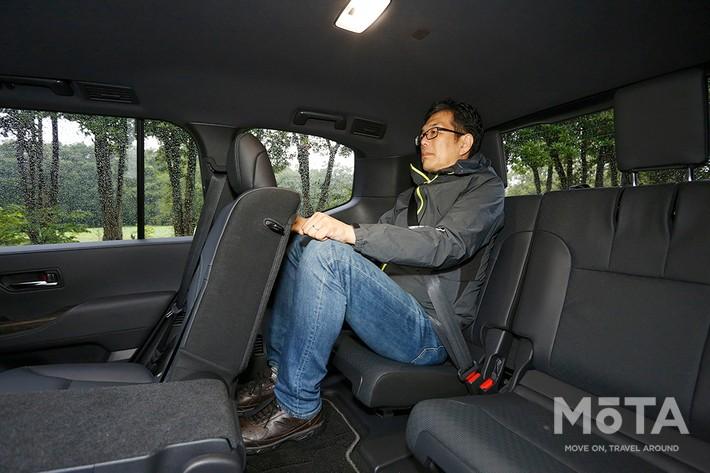 大柄ボディの新型ランドクルーザー300だが、サードシートの空間は決して広々ではない(写真は身長180cmの編集部Tが乗車した状態), ラゲッジに積んだ荷物を外から見えなくするトノカバーは必須のアイテムだ(写真は5人乗り仕様の荷室)