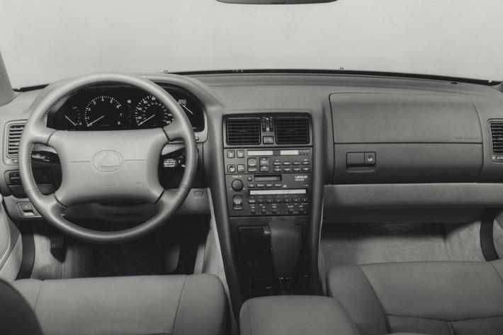 当時珍しかったオプティトロンメーターや今で言うプレミアムオーディオのような高級スピーカーも採用していた