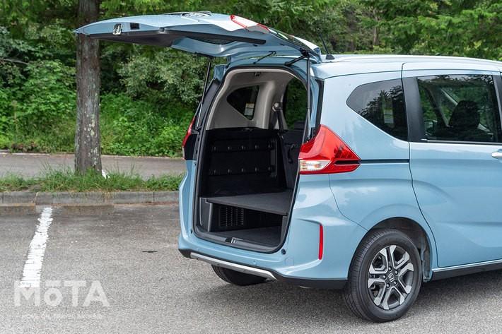 写真は4WDモデルの荷室。FFモデルならさらに低い床面となる, 荷室は低床化され、テールゲートに至るまで「フリード+」専用設計となっている