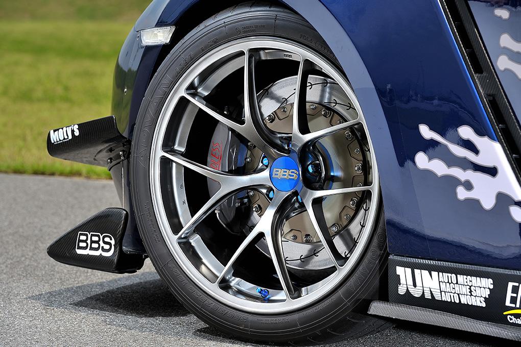前後4本を同じサイズ(ホイールは11×20+15、タイヤは285/35ZR20)で履くため、フロントはワイドフェンダー化されている