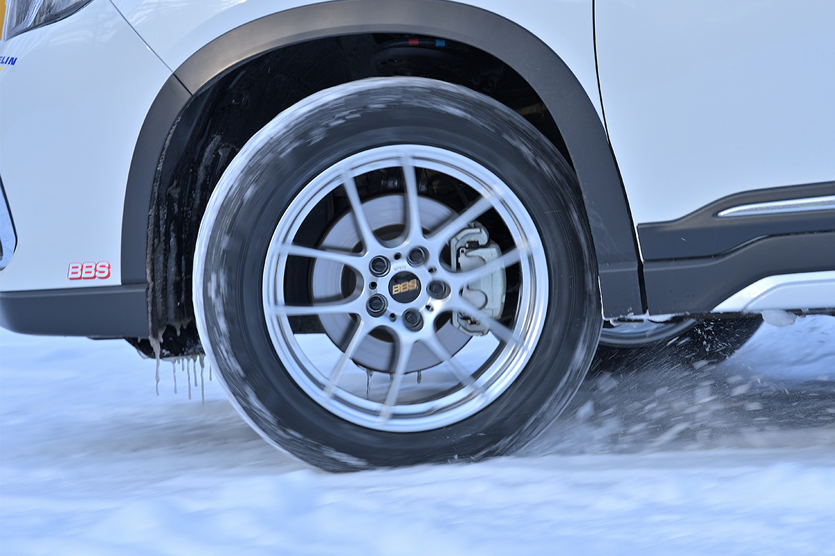 撮影時の北海道旭川市内はすでに圧雪となり、交差点内の路面は磨かれて一部ミラーバーンとなっていた
