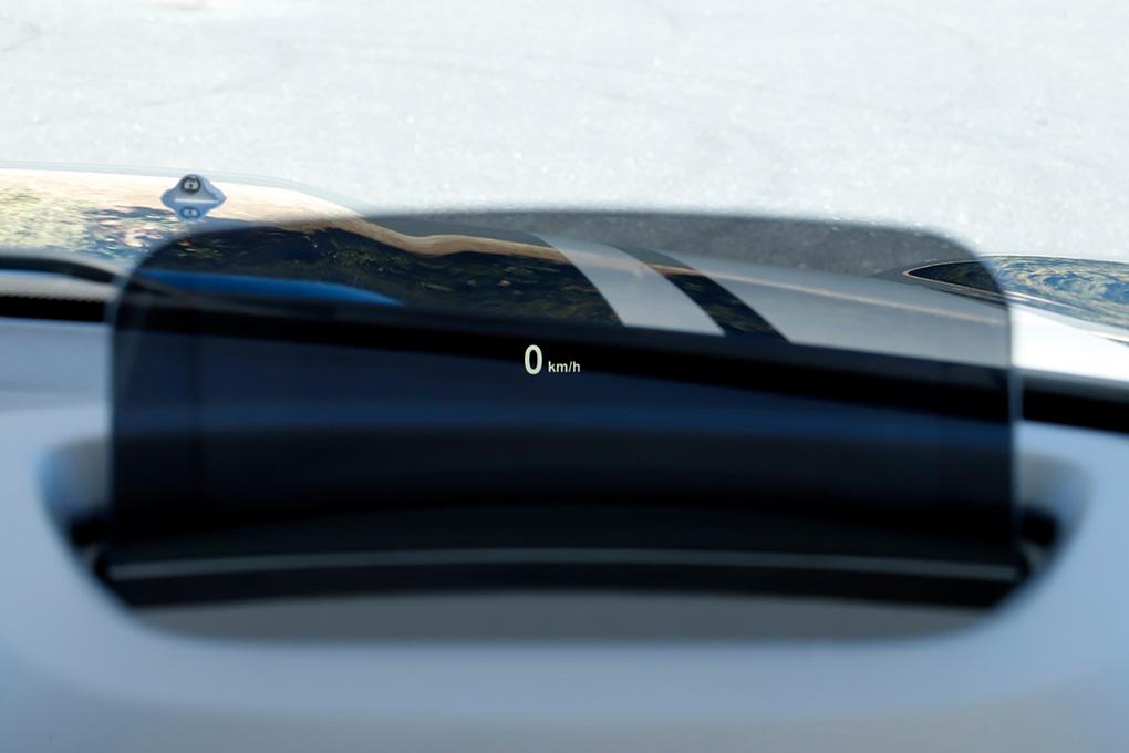 ステアリングの前方スクリーンに投影されるMINIヘッド・アップ・ディスプレイ。走行速度だけでなく、ナビゲーションの案内なども表示される。視線移動が少なく安心してドライブすることができる